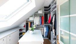 Begehbarer Dachschrägenschrank in Weiß von CABINET