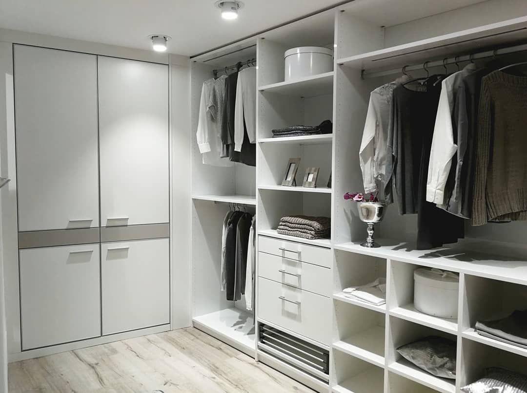 Weißer begehbarer Kleiderschrank von CABINET mit zusätzlichem Einbauschrank nach Maß.