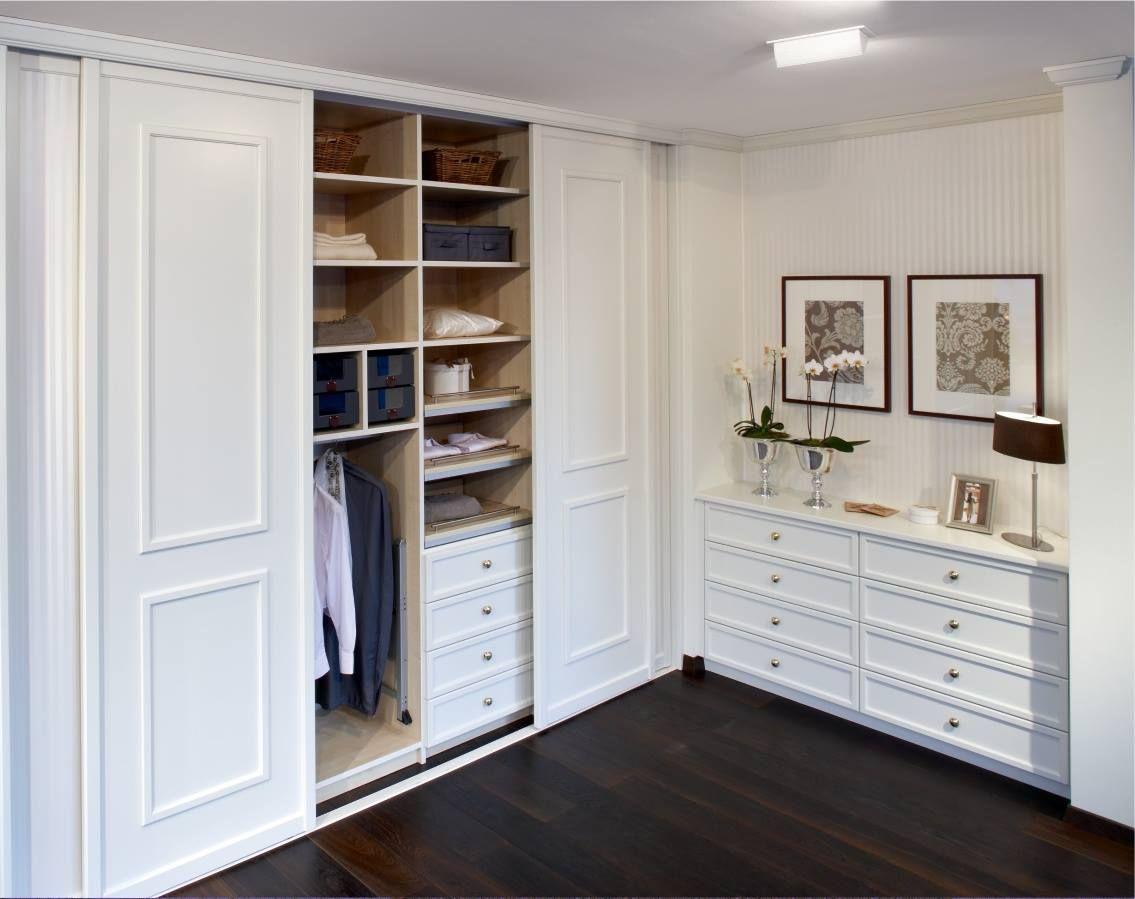 Weißer Einbauschrank im skandinavischen Stil mit passendem Sideboard von CABINET.