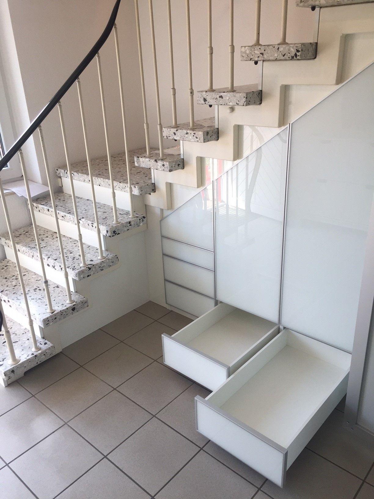 Weißer Einbauschrank unter der Treppe mit Schubladen und Türen von CABINET